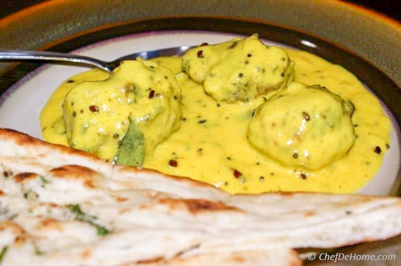 Traditional Indian Palak Kadhi Pakora served with Indian Naan | chefdehome.com