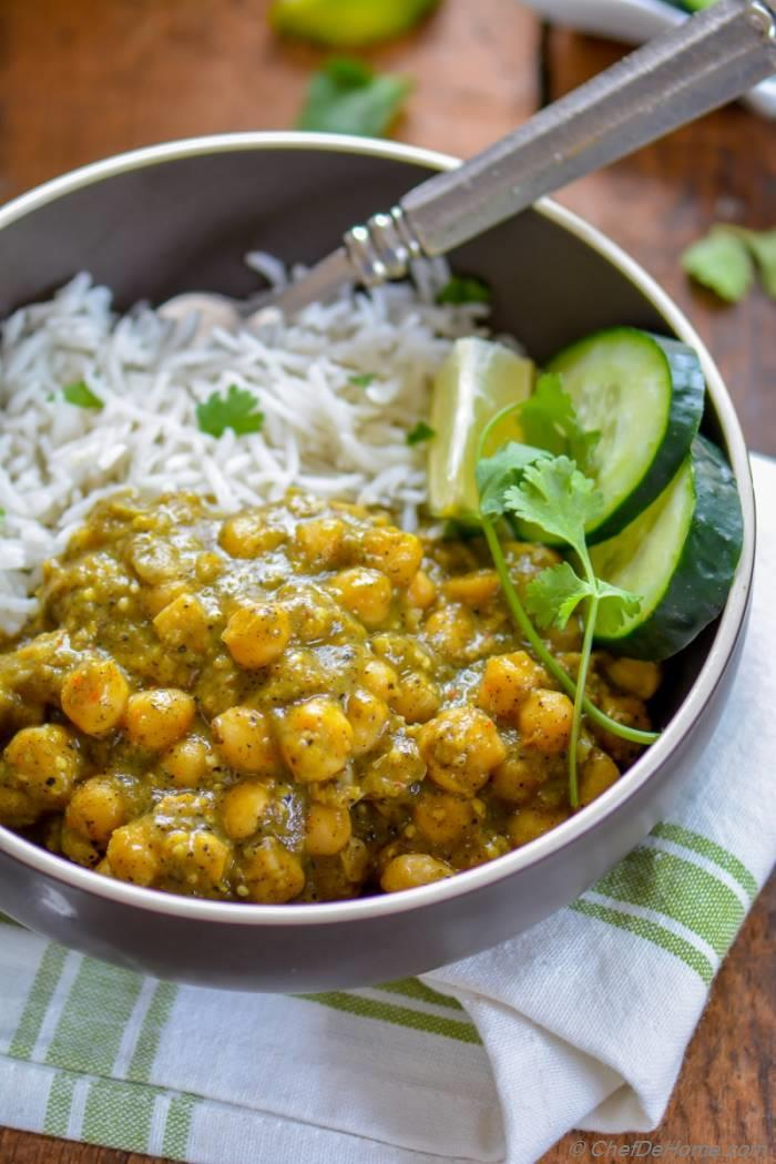Creamy and vegan Roasted Tomatillos Chickpea Curry served with rice for easy weekday dinner | chefdehome.com