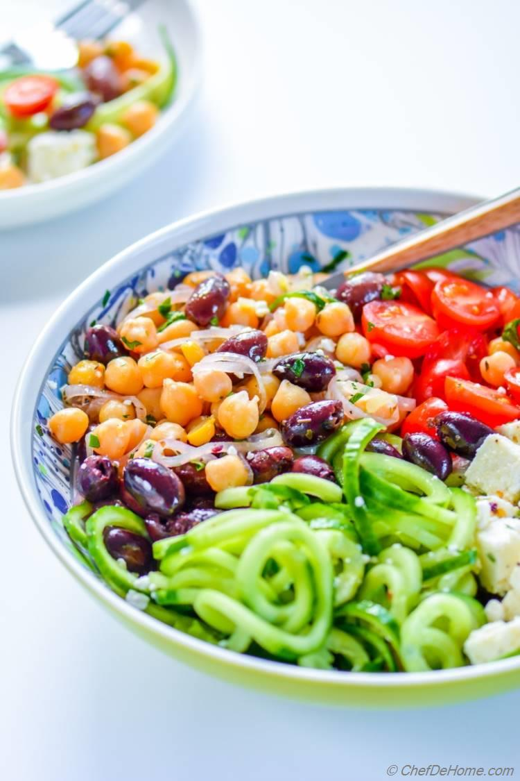 A homemade greek-flavors inspired lie chickpea salad | chefdehome.com