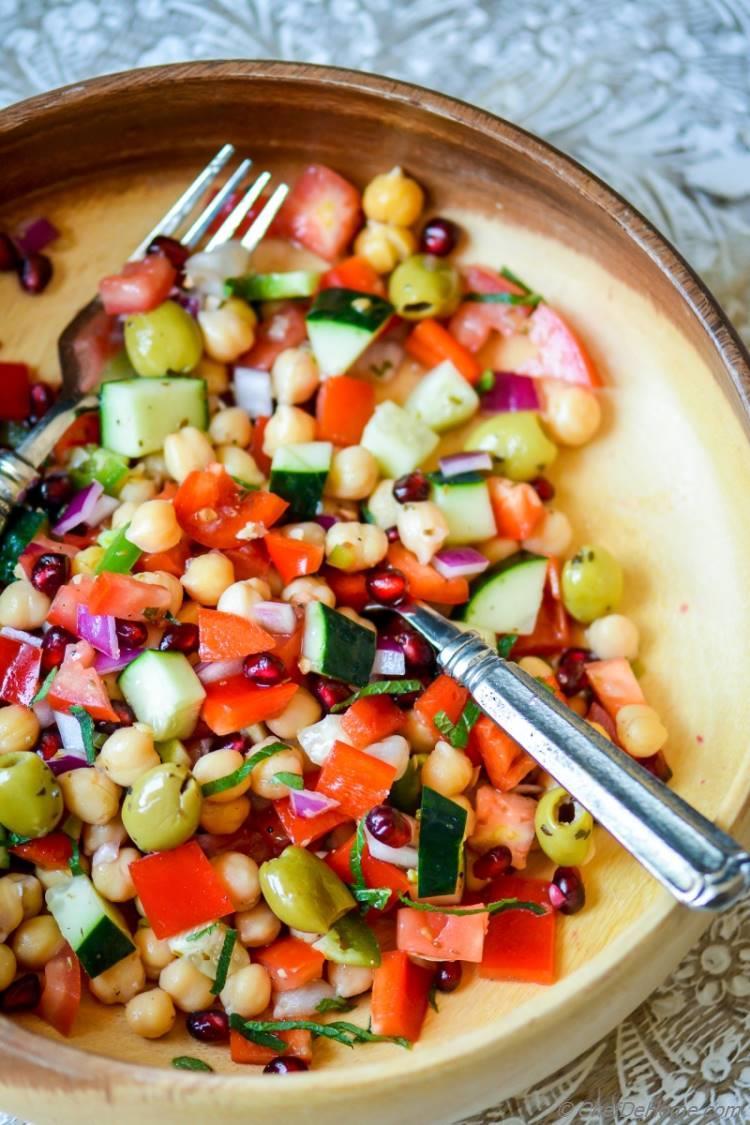 Healthy Mediterranean Chickpeas Dinner Salad | chefdehome.com
