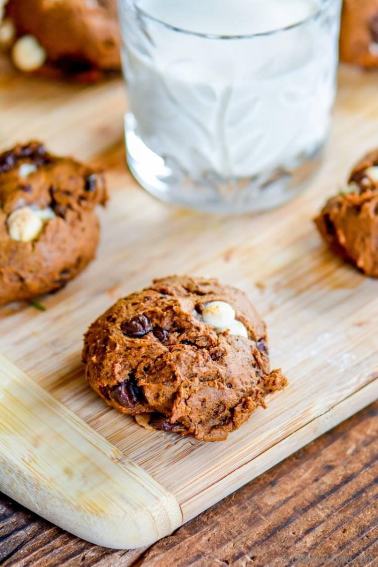 Extra Soft Texture of Soft Chocolate Chip Pumpkin Cookies | chefdehome.com