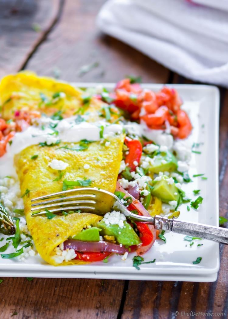 Healthy Chicken and Veggies Breakfast Omelettes fajita style with salsa veggies and chicken | chefdehome.com