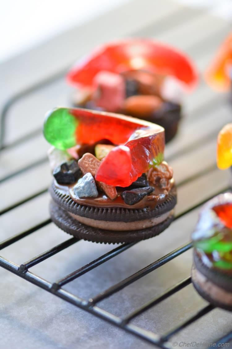 Just 10 minutes to assemble these creepy delicious mud-worm oreo cookies! Happy #halloween