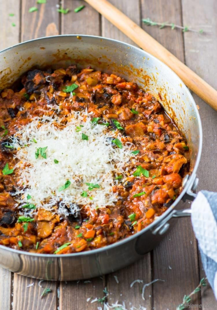 Easy hearty mushroom bolognese pasta sauce made with tomato sauce three kinds of mushrooms and wine | chefdehome.com