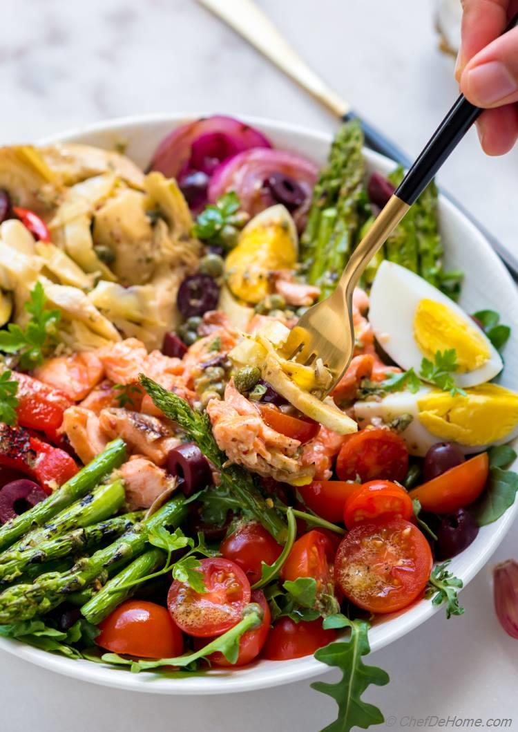 Delicious Nicoise Salad with Grilled Salmon and Asparagus